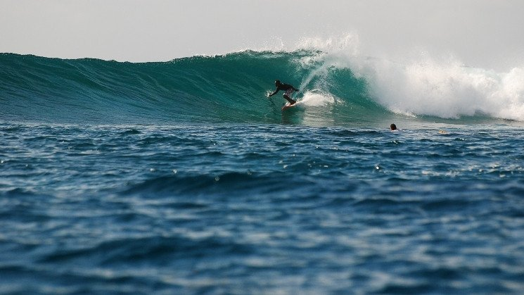 Six Senses Laamu surfer